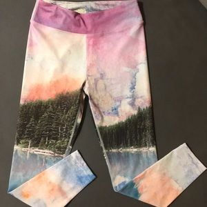 NWOT Roots Graphic spandex 3/4 length leggings